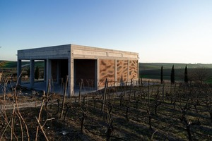 Фасады винодельни построили из 13 596 индивидуально уложенных кирпичей