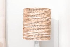 Думала, что старой лампе больше не найдется применения, пока не обновила ее своими руками: получилось очень красиво