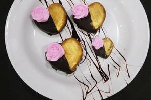 Мужа порадовала милыми пирожными из домашнего творога: сделала их в форме сердечек и полила шоколадом
