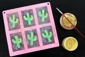 Приучила детей мыть руки хитрым способом: делаю для них необычное мыло с изображением кактуса (инструкция)
