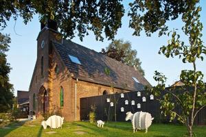 Дизайнеры сделали из старой церкви современный дом, но сохранили большую часть ее структуры: так, нетронутым остался фасад, колокольня с час