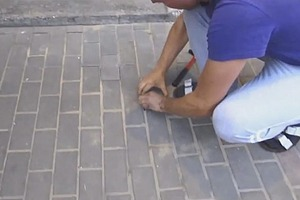 Мужчина шел по улице и услышал странный стон, доносящийся прямо из-под земли. Недолго думая, он начал разбирать тротуарную плитку