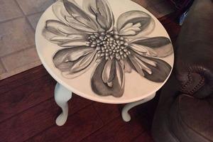 Решила обновить свой скучный журнальный столик: украсила его цветком магнолии