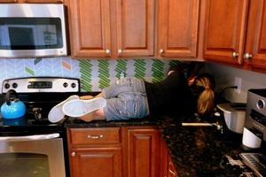 Взяла краску и оформила фартук в кухне: смотрится как плитка, а вышло намного дешевле