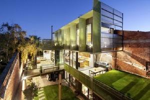 Архитекторы превратили старый склад в жилой дом. Хозяева хотели сохранить промышленный вид, поэтому кирпичную стену, балки и стальные колоны