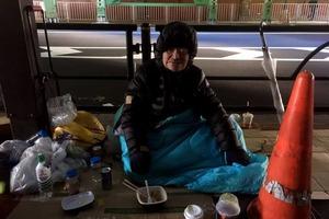 И в высокоразвитой Японии есть бездомные. Им приходится зарабатывать себе на пропитание, так как подавать милостыню там не принято