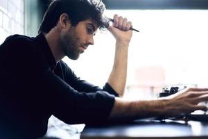 """Знаменитые офисные мозговые штурмы неэффективны. Эксперты рекомендуют заменить их на """"мозговые записки"""""""