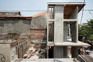 Проект жилья в густонаселенном районе столицы Индонезии: от железобетонного каркаса до современного дома среди аварийных зданий (фото)