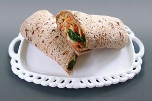 Полезный перекус с высоким содержанием белка: часто готовлю сытный ролл с хумусом и артишоками