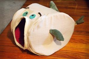 Наш котик теперь живет в забавном домике: я сшила для него лежанку в виде мультяшной рыбки