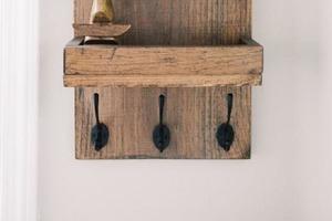 Сделала простой и стильный настенный органайзер: использовала то, что осталось после ремонта