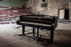 Английская журналистка по всей Сибири искала заброшенные пианино, а потом написала об этом книгу