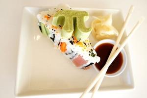 Необычный пирог, который придется по вкусу любителям японской кухни: готовим угощение с роллами