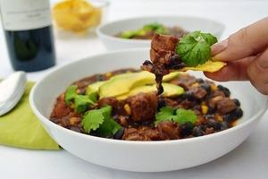 Интересное вегетарианское блюдо: чили с черными бобами и авокадо (рецепт)
