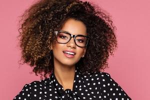 Важные советы по макияжу для девушек, которые носят очки: светлые тени и не только