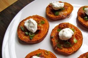 """Из сладкого картофеля и бекона делаю необычную закуску: сочные """"оладушки"""" уплетает вся семья"""
