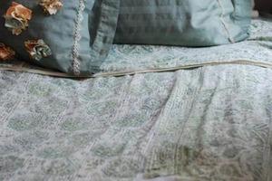 Придумала, как можно прикрыть декором несовершенства и потертости на старом постельном белье: таким же способом я уже спасла любимое покрыва