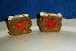 Кексы, сделанные с любовью: испекла для мужа милый десерт, внутри которого спрятаны сердечки из теста