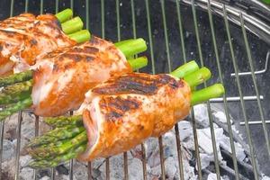 Идея для барбекю: куриная грудка со спаржей, ветчиной и сыром