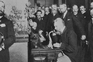 Десятого августа 1876 был совершен первый в мире междугородный телефонный звонок