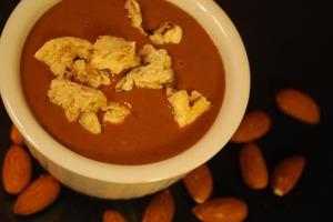 """Шоколадный """"супчик"""" с корицей и сладкими гренками: рецепт ароматного блюда"""
