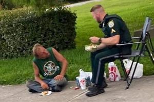 Полицейский подошел к бездомному и поделился едой, которая у него была. Люди восхитились добрым жестом офицера