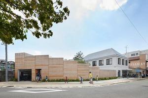 Дизайнеры построили детский сад в гуще жилого района Токио. Внутренний дворик сделан таким образом, что родители могут наблюдать за своими д