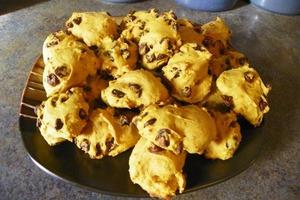 Близких порадовала вкусной выпечкой: приготовила для всей семьи ароматное печенье с шоколадом и тыквенным пюре