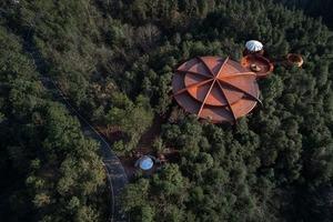 Архитекторы построили курортную виллу в горах Китая: выглядит так, будто НЛО совершил посадку посреди леса