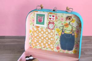 Из небольшого старого чемодана сама сделала компактный, переносной кукольный домик. Он необычный, его легко взять с собой, и дочь в восторге