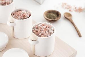 Для домашних бьюти-процедур я сама готовлю соль для ванны с грейпфрутом и розмарином. Она очень ароматная, а если красиво оформить, то стане