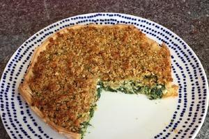 Пирог со шпинатом готовлю по особому рецепту: начинку засыпаю панировочными сухарями, чтобы корочка получилась хрустящей и рассыпчатой