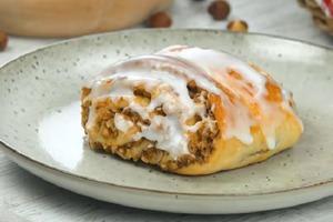 К чаю готовлю ароматные булочки с орешками и сахарной глазурью: рецепт