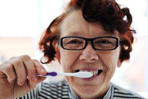 Чистить зубы полезно не только для зубов. Согласно новому исследованию это поможет предупредить развитие деменции