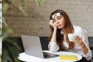 Шведские ученые выснили, что вечернее общение с друзьями помогает лучше спать, а дневное - утомляет