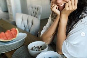 Настя Каменских рассказала, в чем летняя прелесть ягод и фруктов: советы певицы о пользе лесных продуктов