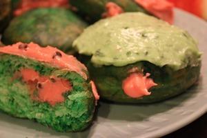Зеленые пончики с арбузным кремом: воздушное лакомство к чаю