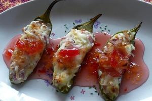 Перец халапеньо заполняю ветчиной и сыром, а затем макаю в сладкий соус: получается острая закуска с приятным вкусом