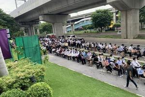 Некоторые занимали очередь с 4 часов утра: в Бангкоке устраиваться на работу в новый отель пришли более 8000 человек