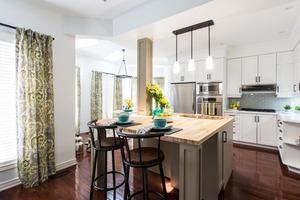 Использовать разные материалы и фактуры, подобрать хорошее освещение: дизайнер рассказал, как организовать маленькую кухню и сделать ее стил