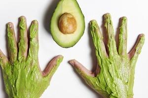 Руки предательски выдают возраст: решаем проблему с помощью маски из авокадо