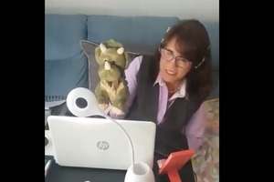 Учительница, которая ведет онлайн-уроки вместе с куклой, вызвала бурю эмоций в Сети