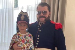 Как воспитать в семье гусара: Гарик Харламов поделился совместным снимком с дочерью в необычном образе