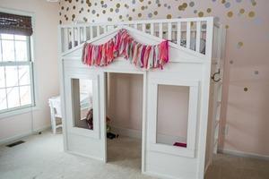 Сделала для дочери в комнате большой игровой домик с кроватью наверху. Он очень удобный, красивый и смотрится сказочно