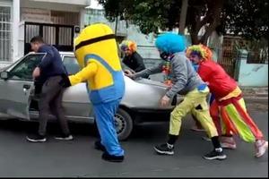 Сказка стала былью: в Аргентине миньон, группа клоунов и Человек-паук помогли автомобилисту (видео)