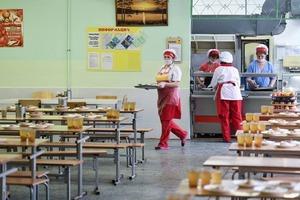 Творожную запеканку готовят даже дома: стали известны самые любимые блюда россиян в школьных столовых