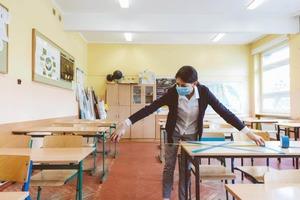 """""""Когда преподаватель входит в класс, он ее снимает"""": учителям в Москве разрешили вести уроки без маски"""