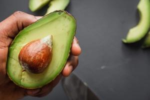 Масло авокадо для воспаленной кожи: почему полезно и как его применять