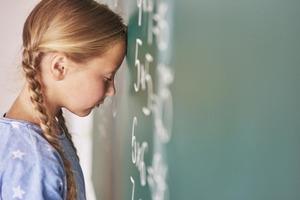 2 часа у телевизора или компьютера отнимают 4 месяца математики и чтения: исследователи предупреждают родителей