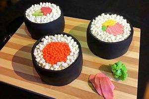 Жевательные конфеты вместо васаби: простой рецепт интересного торта в виде суши